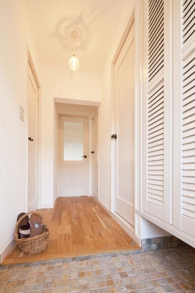 玄関から始まるフレンチカントリー (広いLDKで寛ぐ、フレンチカントリーな家)