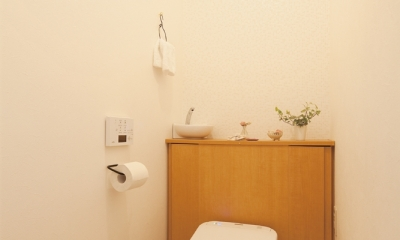 ほっこりかわいいぬくもりあるトイレ|広いLDKで寛ぐ、フレンチカントリーな家