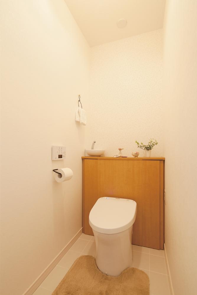 広いLDKで寛ぐ、フレンチカントリーな家の部屋 ほっこりかわいいぬくもりあるトイレ