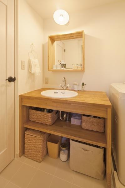 収納も計画された、造作洗面台 (広いLDKで寛ぐ、フレンチカントリーな家)