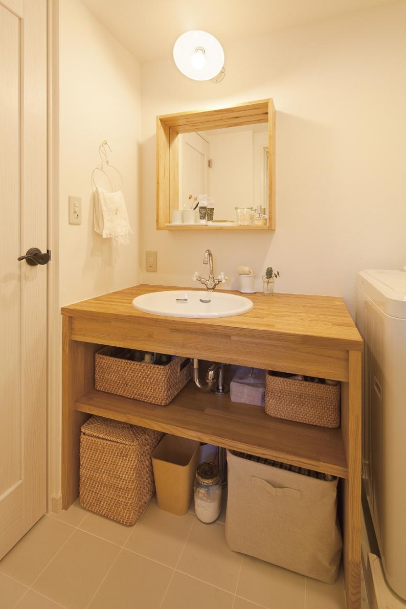広いLDKで寛ぐ、フレンチカントリーな家の部屋 収納も計画された、造作洗面台