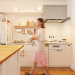 広いLDKで寛ぐ、フレンチカントリーな家 (お気に入りの無垢材キッチン)