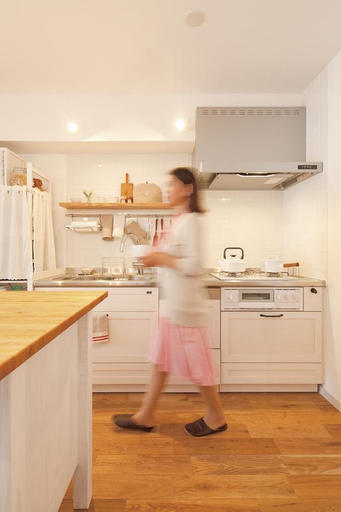 広いLDKで寛ぐ、フレンチカントリーな家の部屋 お気に入りの無垢材キッチン
