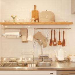 魅せる収納でキッチンを楽しむ (広いLDKで寛ぐ、フレンチカントリーな家)