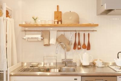 広いLDKで寛ぐ、フレンチカントリーな家 (魅せる収納でキッチンを楽しむ)