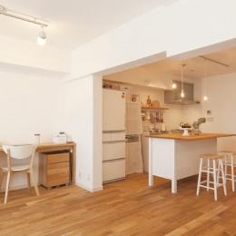 広いLDKで寛ぐ、フレンチカントリーな家 (間仕切りをなくした開放感が心地よい、自然素材LDK)