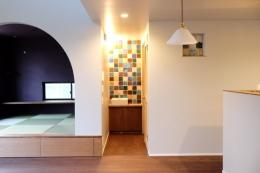 今治の家 色と素材が結びつくパッチワークみたいな家 (タタミコーナーと手洗いコーナーのあるリビング)