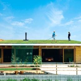 土間リビングで愛車と暮らす家|BEAT HOUSE-緑化屋根で快適に暮らす