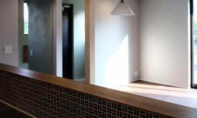 今治の家 色と素材が結びつくパッチワークみたいな家 (キッチンから玄関、リビングを見る)