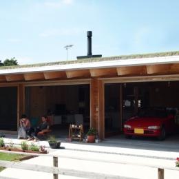 土間リビングで愛車と暮らす家|BEAT HOUSE-深い軒のテラス