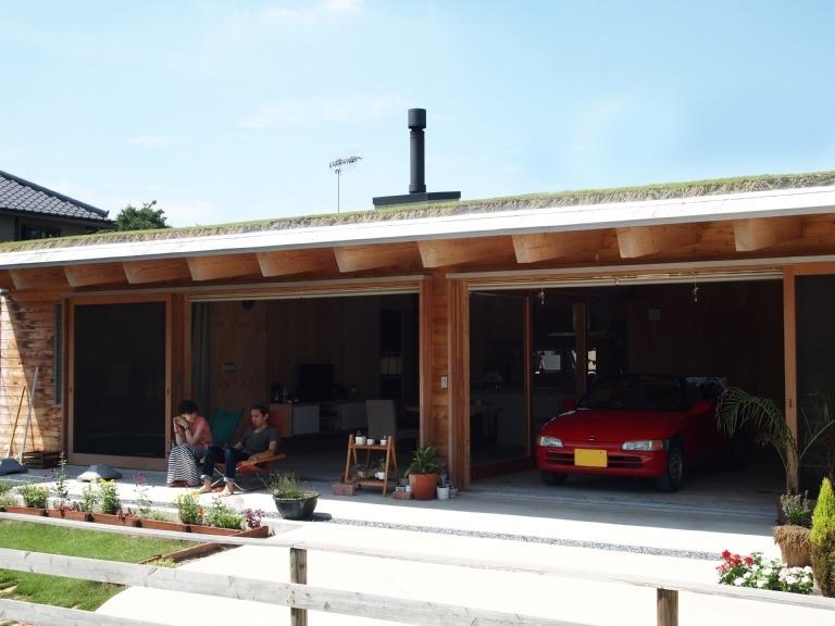 土間リビングで愛車と暮らす家|BEAT HOUSE (深い軒のテラス)