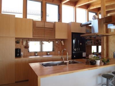 造り付けのキッチン (土間リビングで愛車と暮らす家|BEAT HOUSE)