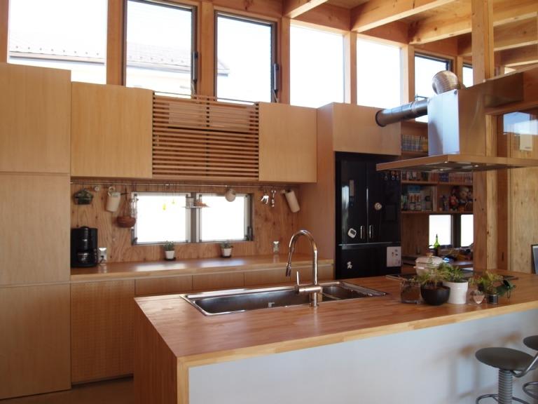 土間リビングで愛車と暮らす家|BEAT HOUSE (造り付けのキッチン)