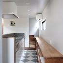 Pタイルの床で仕上げたキッチン