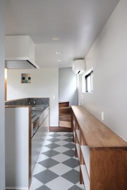 今治の家 色と素材が結びつくパッチワークみたいな家 (Pタイルの床で仕上げたキッチン)