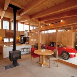 愛車を感じながらくつろげるリビング (土間リビングで愛車と暮らす家|BEAT HOUSE)