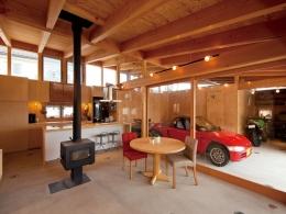 埼玉県熊谷市・芝屋根住宅-2|BEAT HOUSE (愛車を感じながらくつろげるリビング)
