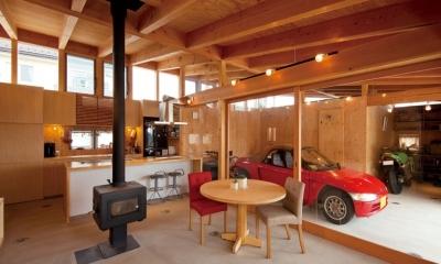 土間リビングで愛車と暮らす家|BEAT HOUSE (愛車を感じながらくつろげるリビング)