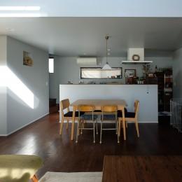 今治の家 色と素材が結びつくパッチワークみたいな家 (リビングから見たダイニングキッチン)
