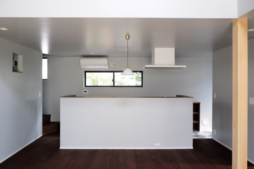 今治の家 色と素材が結びつくパッチワークみたいな家の部屋 リビングから見たダイニングキッチン