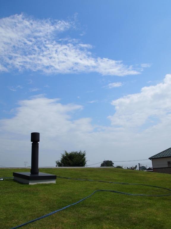 土間リビングで愛車と暮らす家|BEAT HOUSE (芝生の屋根は気持ちいい!)