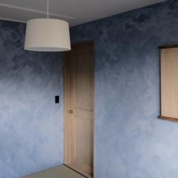 今治の家 色と素材が結びつくパッチワークみたいな家 (色むらのあるペンキで仕上げた主寝室)