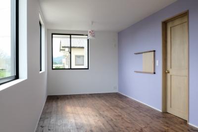 壁紙でアクセントをつけた子供部屋 (今治の家 色と素材が結びつくパッチワークみたいな家)