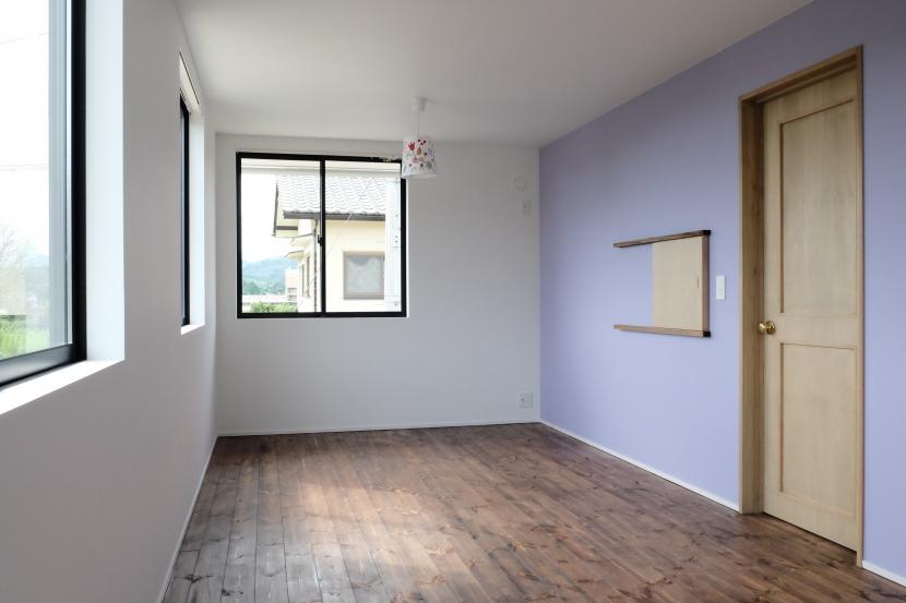 今治の家 色と素材が結びつくパッチワークみたいな家 (壁紙でアクセントをつけた子供部屋)
