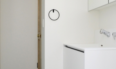 モノトーンでまとめた洗面室|今治の家 色と素材が結びつくパッチワークみたいな家