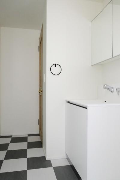 モノトーンでまとめた洗面室 (今治の家 色と素材が結びつくパッチワークみたいな家)