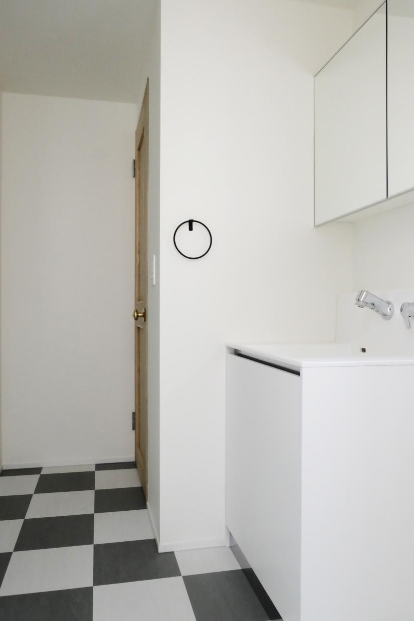 今治の家 色と素材が結びつくパッチワークみたいな家 (モノトーンでまとめた洗面室)
