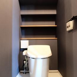 今治の家 色と素材が結びつくパッチワークみたいな家 (階段下を利用したトイレ)