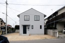 今治の家 色と素材が結びつくパッチワークみたいな家 (ガルバリウムのシンプルな外観)