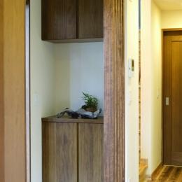 自然素材とスキップフロアが楽しい家 (玄関収納)