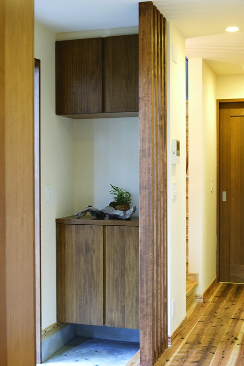 自然素材とスキップフロアが楽しい家の写真 玄関収納