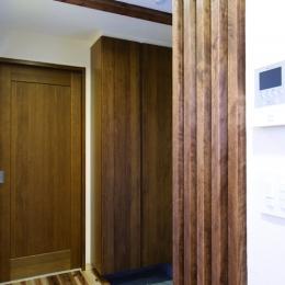 自然素材とスキップフロアが楽しい家 (横の間口を活かした、両サイドの玄関収納)