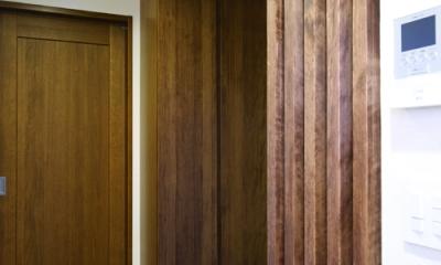 東京都大田区I様邸 ~自然素材とスキップフロアが楽しい家~ (横の間口を活かした、両サイドの玄関収納)