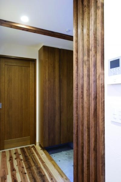 横の間口を活かした、両サイドの玄関収納 (東京都大田区I様邸 ~自然素材とスキップフロアが楽しい家~)