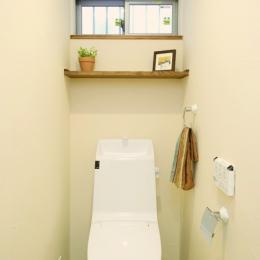 自然素材とスキップフロアが楽しい家 (小窓がかわいい1Fトイレ)