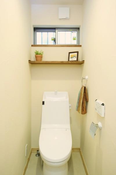 小窓がかわいい1Fトイレ (東京都大田区I様邸 ~自然素材とスキップフロアが楽しい家~)