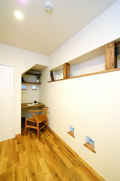 階段下のワークスペース (自然素材とスキップフロアが楽しい家)