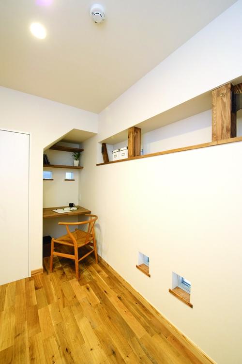 東京都大田区I様邸 ~自然素材とスキップフロアが楽しい家~ (階段下のワークスペース)