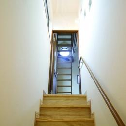 自然素材とスキップフロアが楽しい家 (階段)