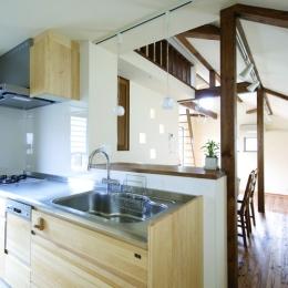 自然素材とスキップフロアが楽しい家 (キッチンからの風景)