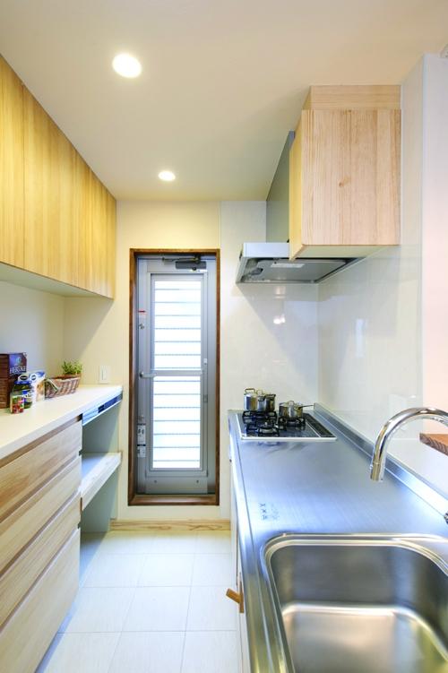 自然素材とスキップフロアが楽しい家の写真 キッチン収納