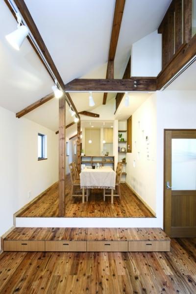 自然素材とスキップフロアが楽しい家 (スキップフロアーがあるリビング・ダイニング)