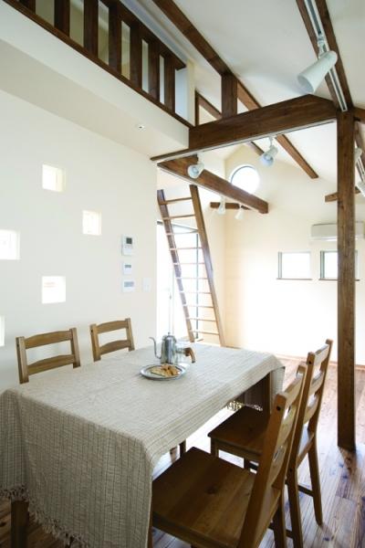 自然素材とスキップフロアが楽しい家 (採光がアクセントのダイニング)