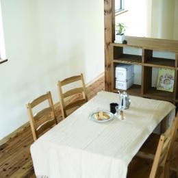 自然素材とスキップフロアが楽しい家 (階段から見たダイニング)