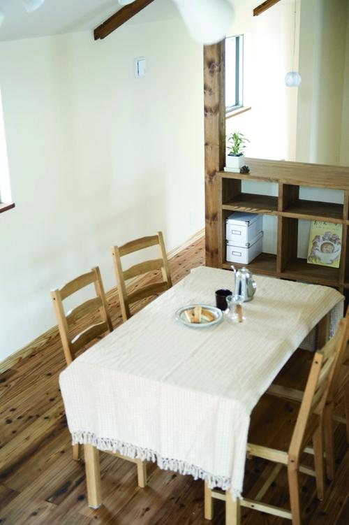 東京都大田区I様邸 ~自然素材とスキップフロアが楽しい家~ (階段から見たダイニング)