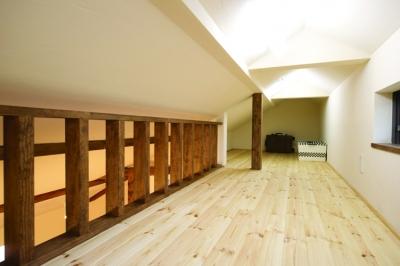 ロフト空間 (自然素材とスキップフロアが楽しい家)